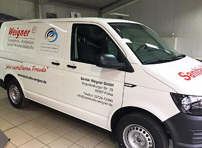 Fahrzeugbeschriftung auf Seite eines Transporter der Firma Weigner